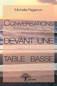 Conversations devant une table basse